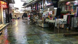 İzmir'de yağmur yağdı, Kemraltı'nı su bastı! Esnafın malları zarar gördü…