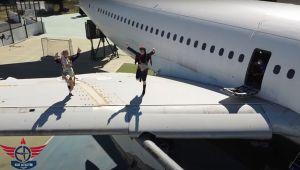 İşte İzmir! Öğrenciler uçak kanadında Zeybek oynadı…