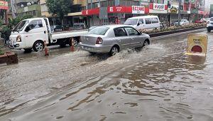 İzmir'de sağanak yağış etkili oldu ev ve iş yerlerini su bastı