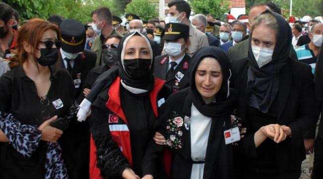 İzmir şehidini toprağa verdi… Şehit kocasını gözyaşlarıyla uğurlayan acılı eş: Kızın Elif sana doyamadı