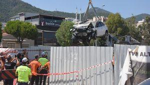 Metro inşaatına düşen otomobil vinçle çıkarıldı; sürücünün tedavisi sürüyor