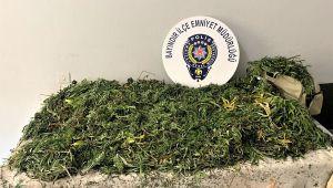 İzmir'de çanta ve battaniyeye sarılı 10 kilo esrar ele geçirildi, 1 şüpheli tutuklandı