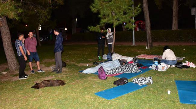 İzmir'de kiralık ev, yurt problemi yaşanınca üniversite öğrencileri parkta sabahladı