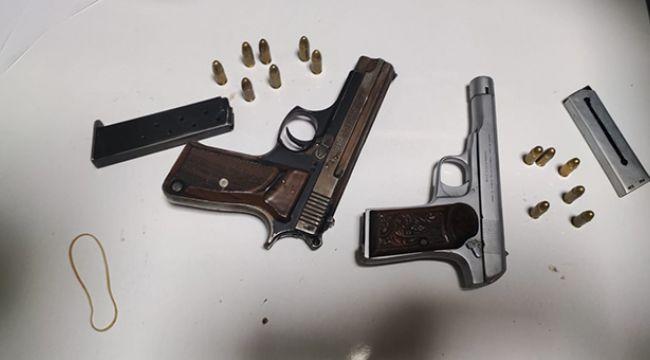 İzmir polisinin dikkati şüpheliyi ele verdi! 2 adet tabanca ele geçirildi