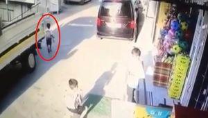 Karabağlar'da kamyonetin altında kalan 5 yaşındaki Ali yaralandı