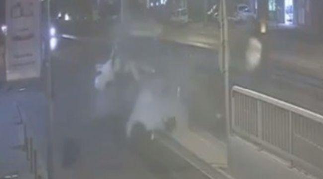 İzmir'de direğe çarpan otomobil sürücüsü hayatını kaybetti
