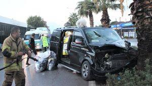 İzmir'de feci kaza! Minibüsün ağaca çarpması sonucu 3 kişi yaralandı