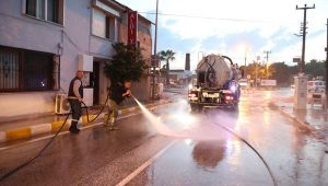 İzmir'de kuvvetli sağanak sonrası yaşanan selin izleri temizleniyor